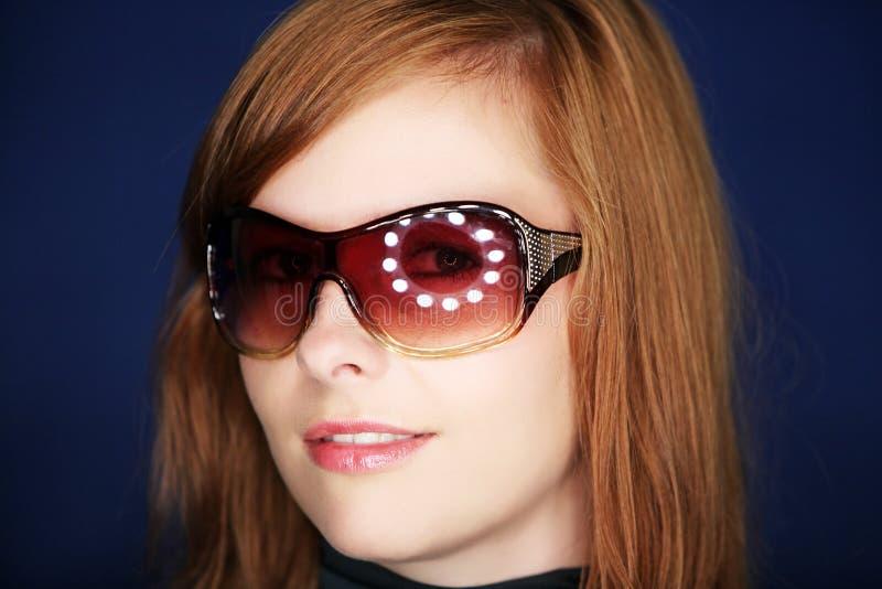 Muchacha atractiva con los vidrios de sol foto de archivo libre de regalías