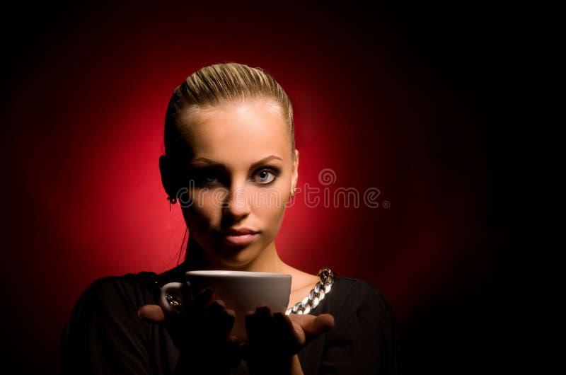 Muchacha atractiva con maquillaje agresivo y la taza blanca foto de archivo libre de regalías