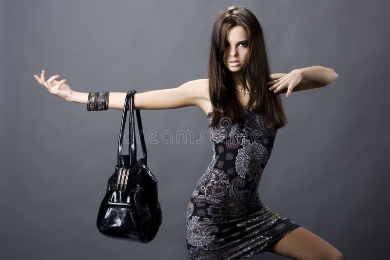 Muchacha atractiva con un bolso fotografía de archivo libre de regalías