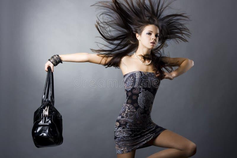 Muchacha atractiva con un bolso imagen de archivo