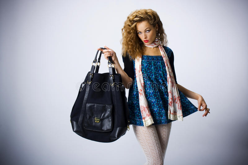 Muchacha atractiva con un bolso foto de archivo libre de regalías