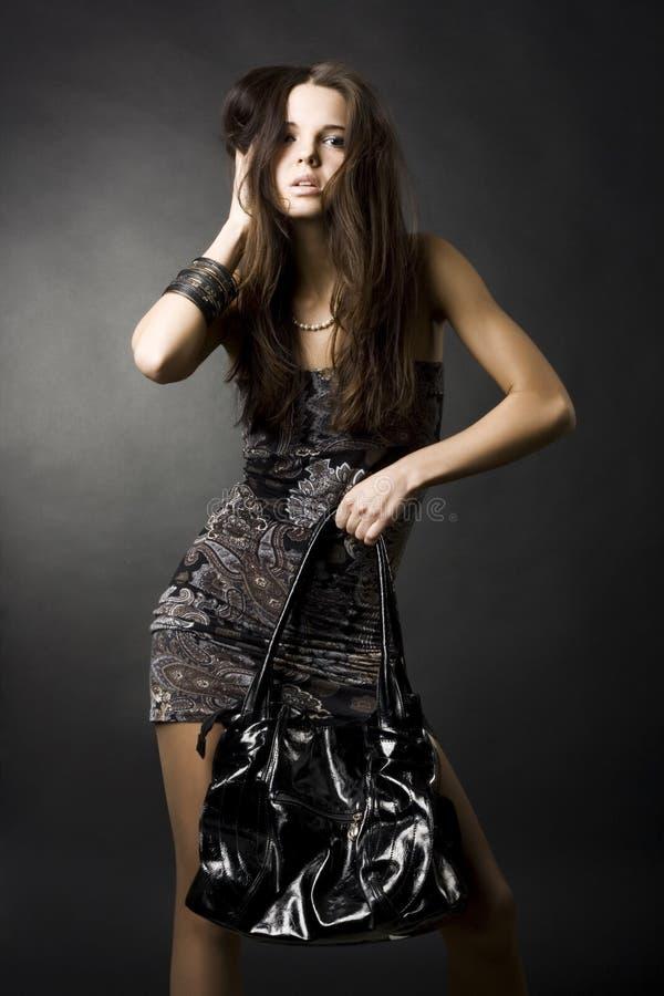 Muchacha atractiva con un bolso imagen de archivo libre de regalías