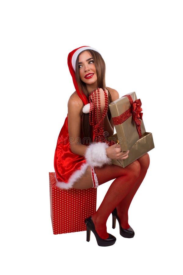 Muchacha atractiva con un regalo de la Navidad imágenes de archivo libres de regalías