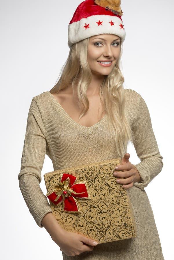 Muchacha atractiva de la Navidad con la caja de regalo fotografía de archivo libre de regalías