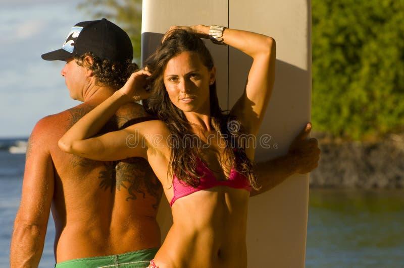 Muchacha atractiva de la persona que practica surf foto de archivo