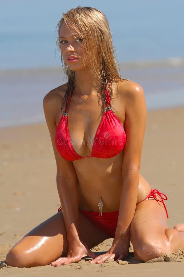 Muchacha atractiva de la playa fotos de archivo