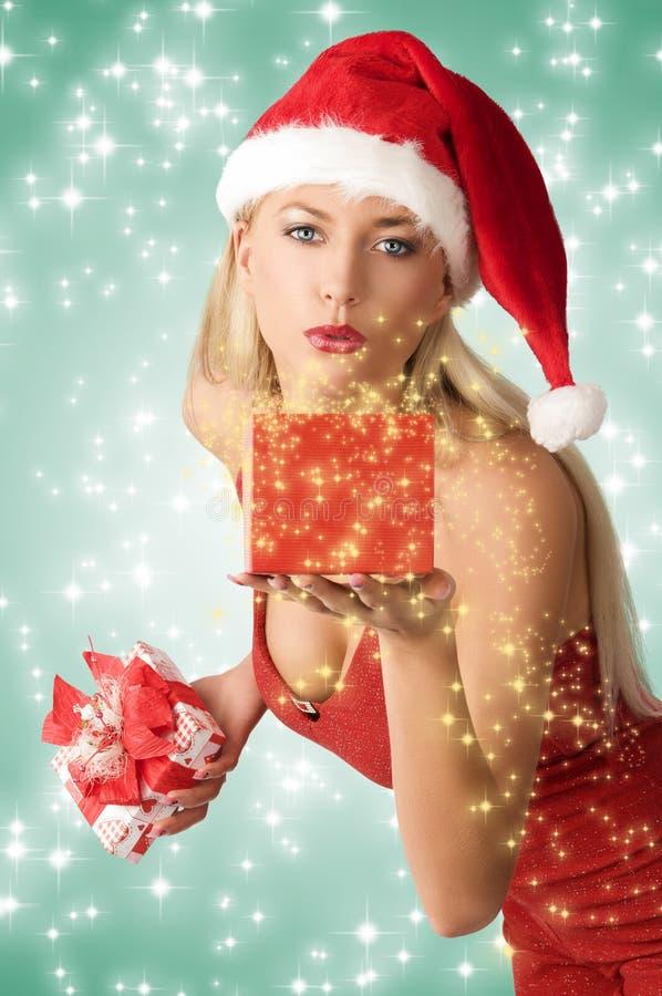 Muchacha atractiva de Navidad con el git fotografía de archivo