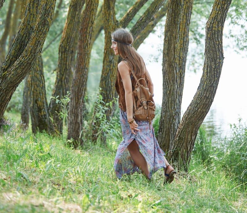 Muchacha atractiva del hippie que camina en una trayectoria de bosque fotografía de archivo libre de regalías