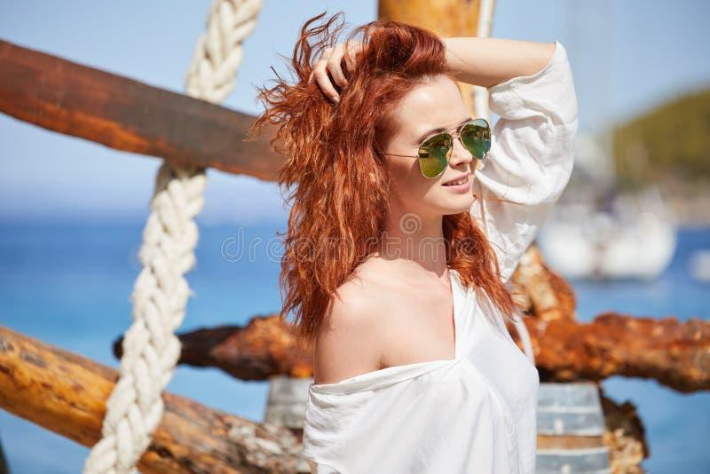 Muchacha atractiva del pelirrojo el vacaciones en Croacia imagen de archivo libre de regalías