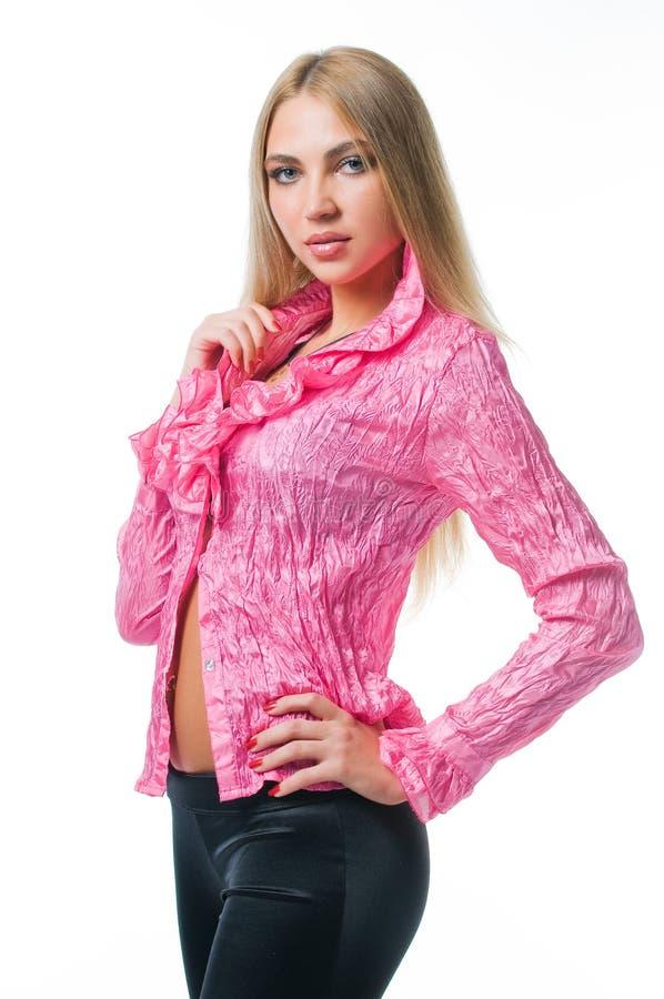 Muchacha atractiva en blusa rosada fotos de archivo