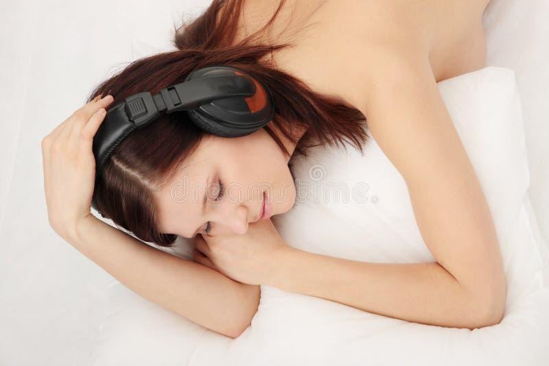 Muchacha atractiva en cama fotos de archivo libres de regalías