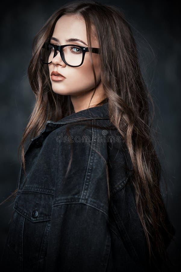 Muchacha atractiva en gafas imagenes de archivo