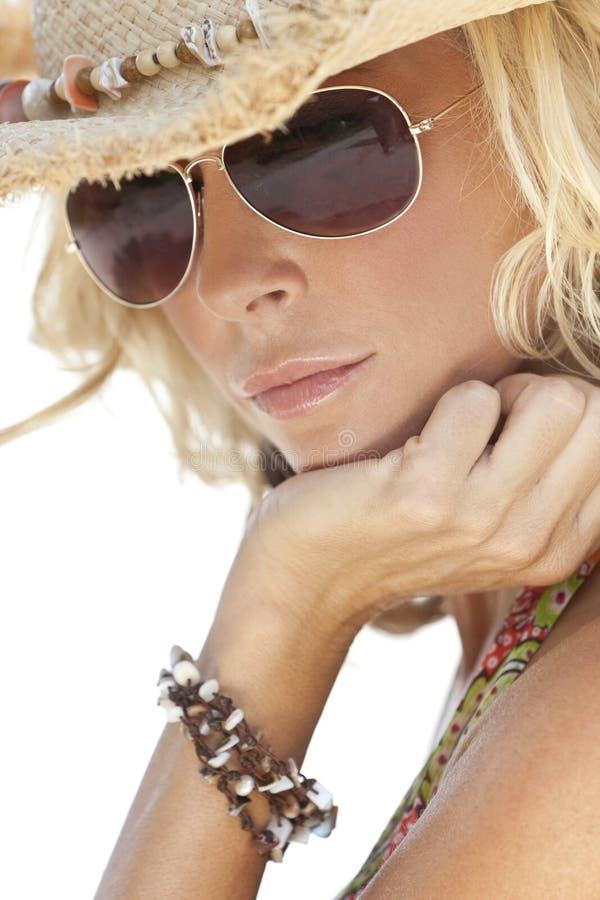 Muchacha atractiva en gafas de sol y sombrero de vaquero de la paja imágenes de archivo libres de regalías