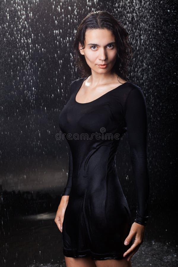 Muchacha atractiva en la lluvia imágenes de archivo libres de regalías