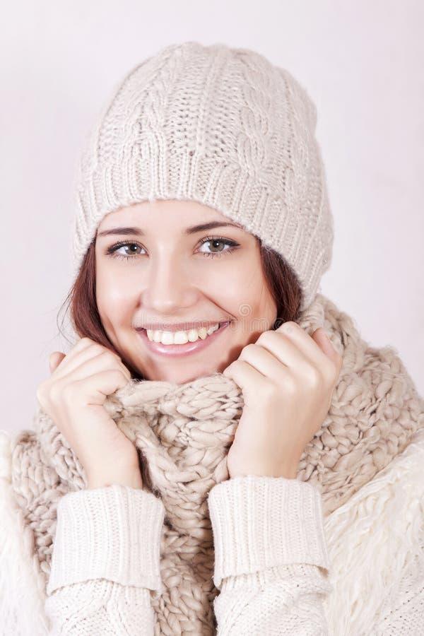 Muchacha atractiva en ropa del invierno fotografía de archivo