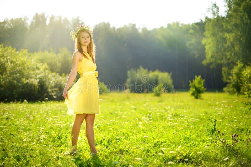 muchacha atractiva en un prado verde fotos de archivo libres de regalías