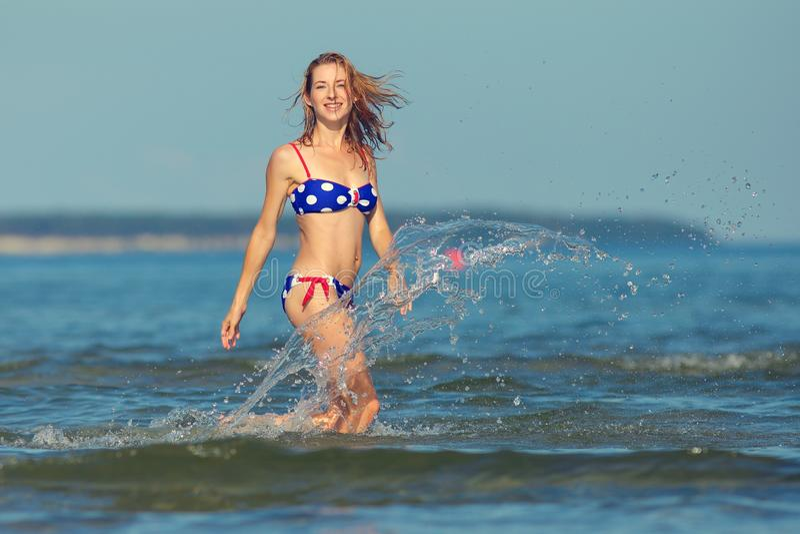 Muchacha atractiva en un traje de baño en el mar fotos de archivo