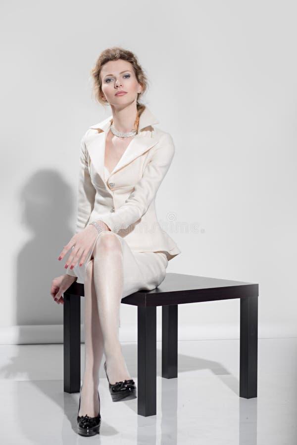 Muchacha atractiva en un traje de negocios fotografía de archivo