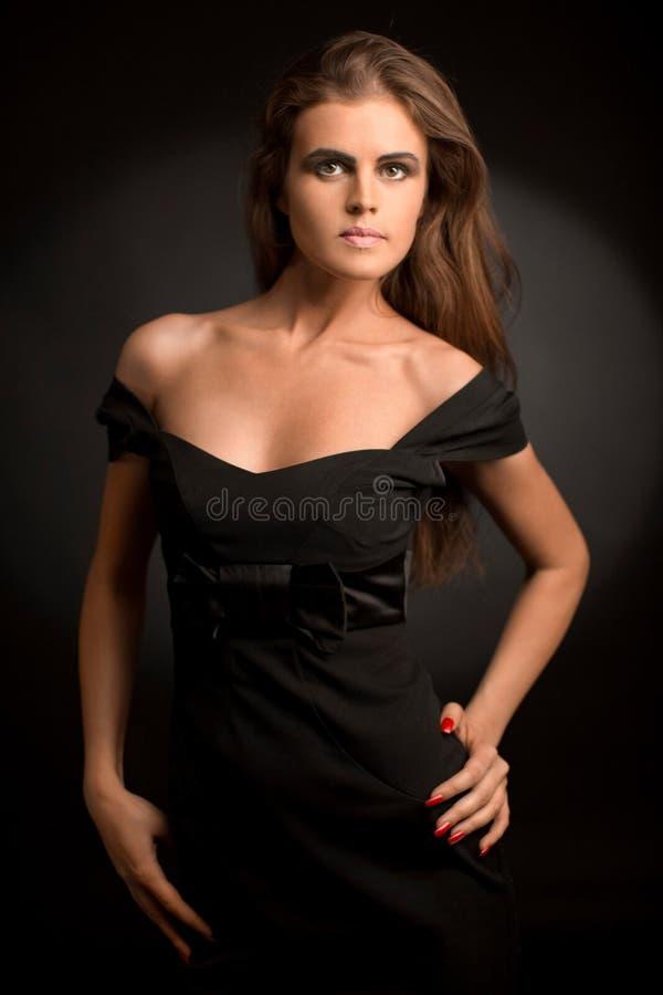 Muchacha atractiva en una alineada negra imagen de archivo libre de regalías
