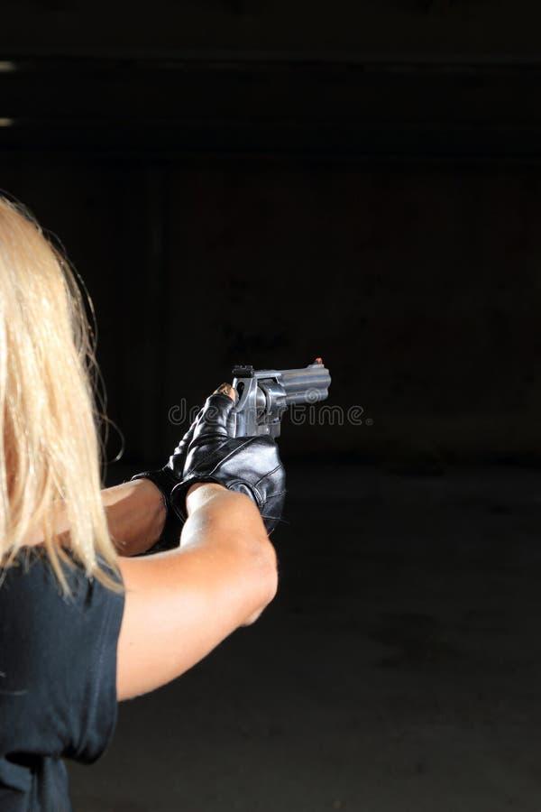 Muchacha atractiva hermosa con el arma fotografía de archivo libre de regalías