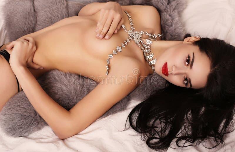 Muchacha atractiva hermosa con el pelo oscuro con el collar lujoso de la joya fotografía de archivo libre de regalías