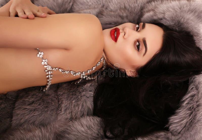 Muchacha atractiva hermosa con el pelo oscuro con el collar lujoso de la joya imagen de archivo libre de regalías