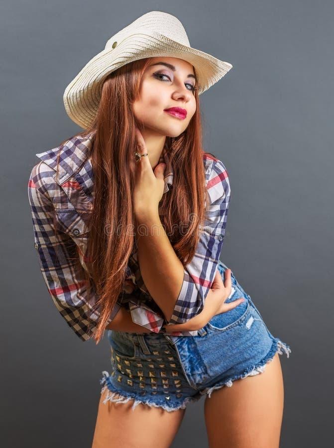Muchacha atractiva hermosa joven en sombrero de vaquero imagen de archivo