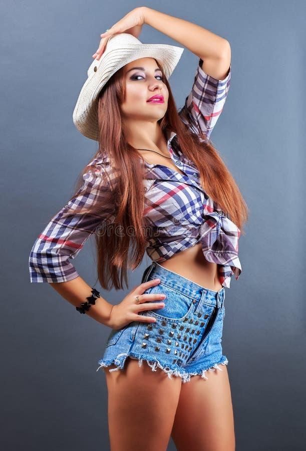 Muchacha atractiva hermosa joven en sombrero de vaquero fotografía de archivo libre de regalías