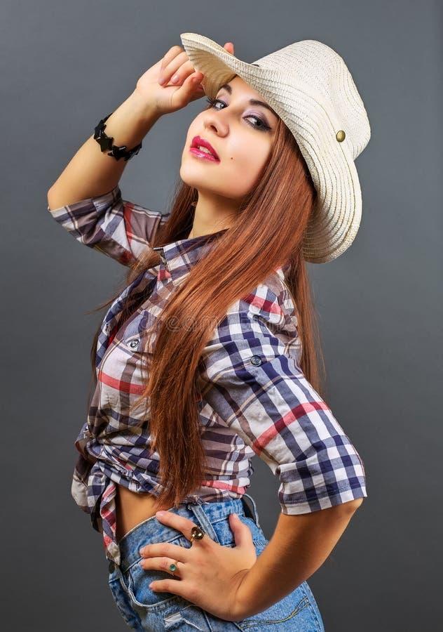 Muchacha atractiva hermosa joven en sombrero de vaquero fotos de archivo