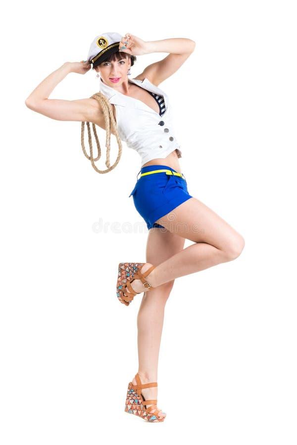 Muchacha atractiva hermosa joven vestida como marinero foto de archivo