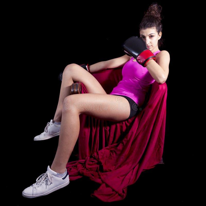 Muchacha atractiva joven con los guantes de boxeo imagen de archivo libre de regalías