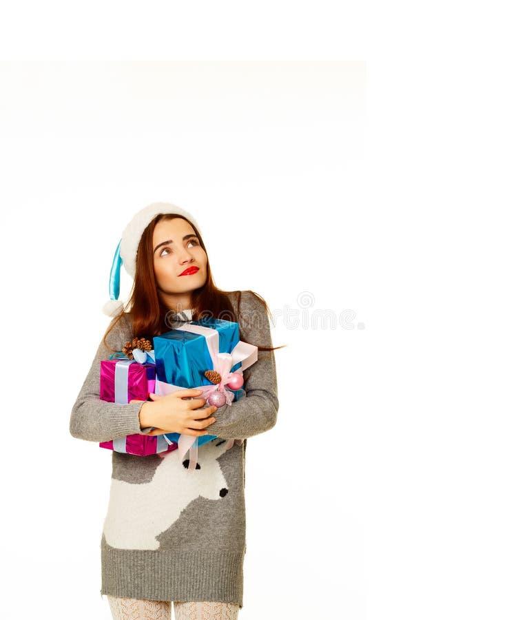 Muchacha atractiva joven de Papá Noel en suéter caliente sobre el backgroun blanco fotos de archivo libres de regalías
