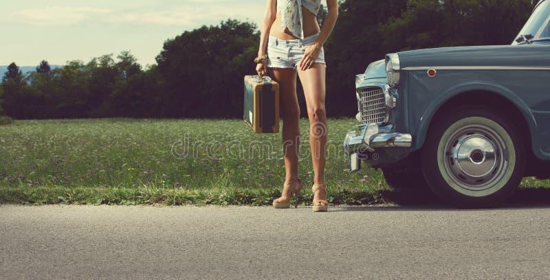 Muchacha atractiva joven en el camino imagen de archivo libre de regalías