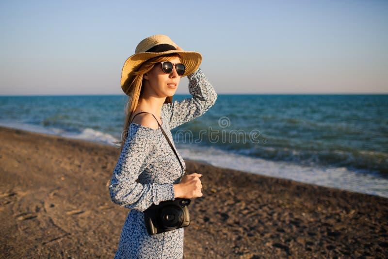 Muchacha atractiva joven que camina a lo largo de la playa imagenes de archivo