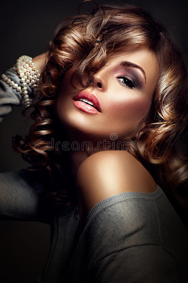 Muchacha atractiva Modelo de la belleza sobre fondo oscuro fotos de archivo