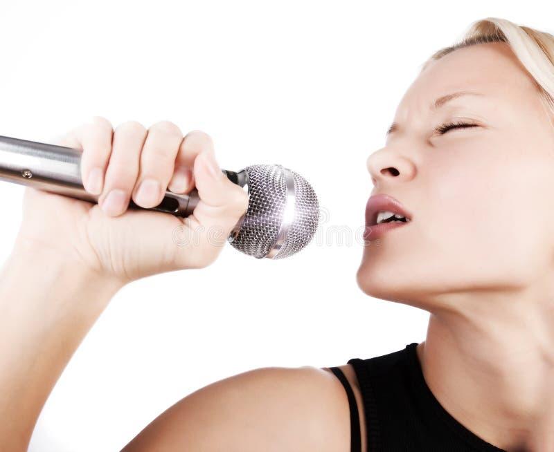 Muchacha atractiva que canta con la pasión imagen de archivo