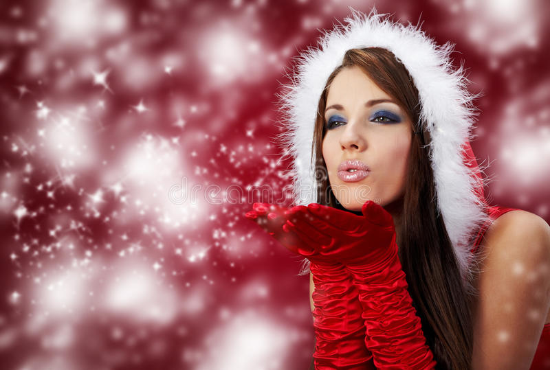 muchacha atractiva que desgasta la ropa de Papá Noel en r fotos de archivo libres de regalías