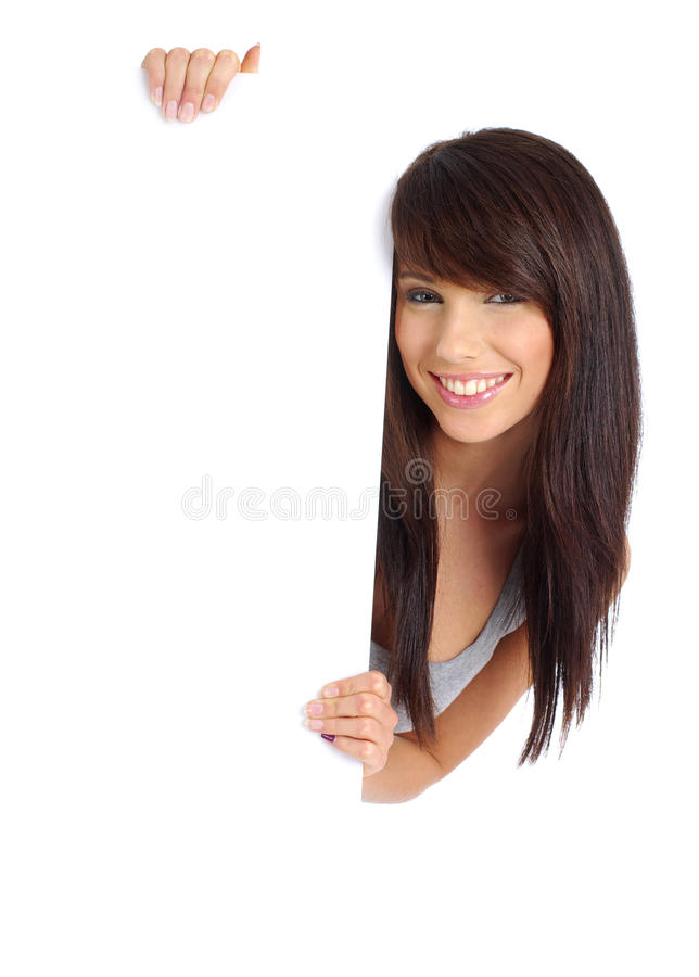 Muchacha atractiva que lleva a cabo a una tarjeta en blanco. fotografía de archivo libre de regalías