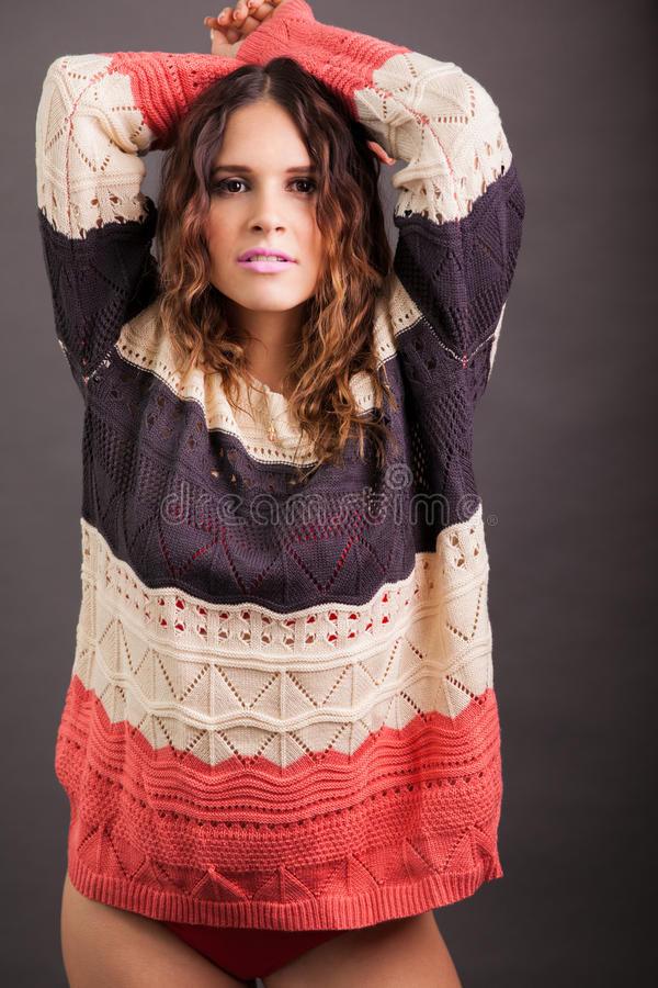 Muchacha atractiva que lleva un suéter imagen de archivo