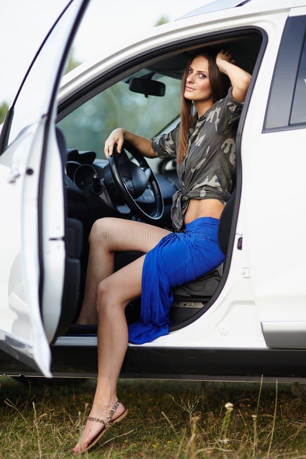 Muchacha atractiva que se sienta en el coche imagen de archivo libre de regalías