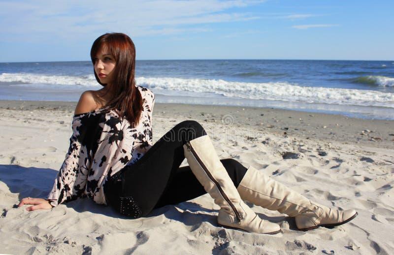 Muchacha atractiva que se sienta en la playa imagen de archivo libre de regalías