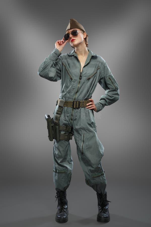 Muchacha atractiva vestida como presentación experimental del helicóptero en gafas de sol fotografía de archivo