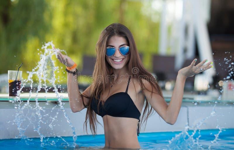 Muchacha atractiva y atractiva cerca de la piscina fotos de archivo