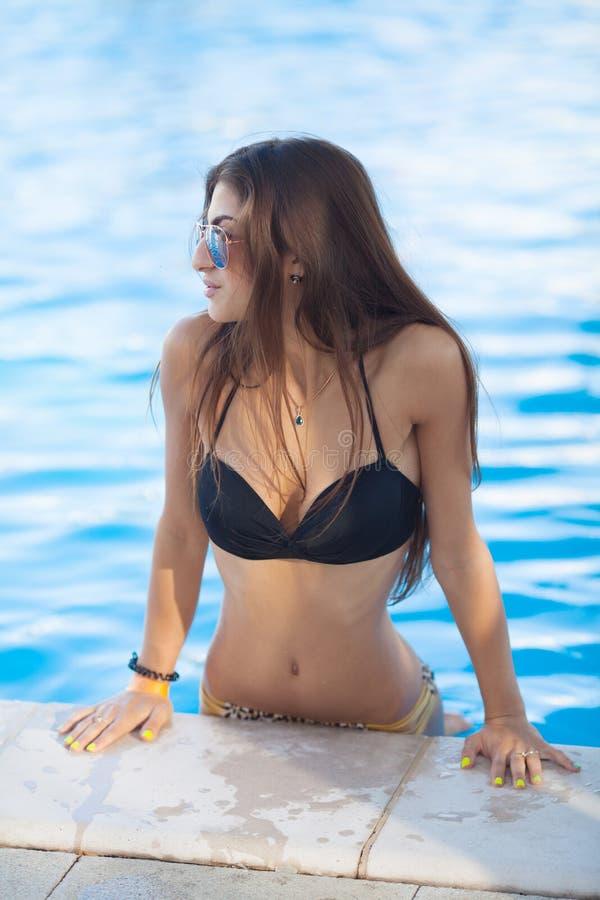 Muchacha atractiva y atractiva cerca de la piscina foto de archivo