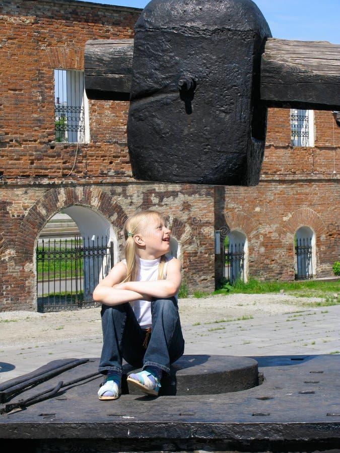 Muchacha bajo el martillo grande foto de archivo