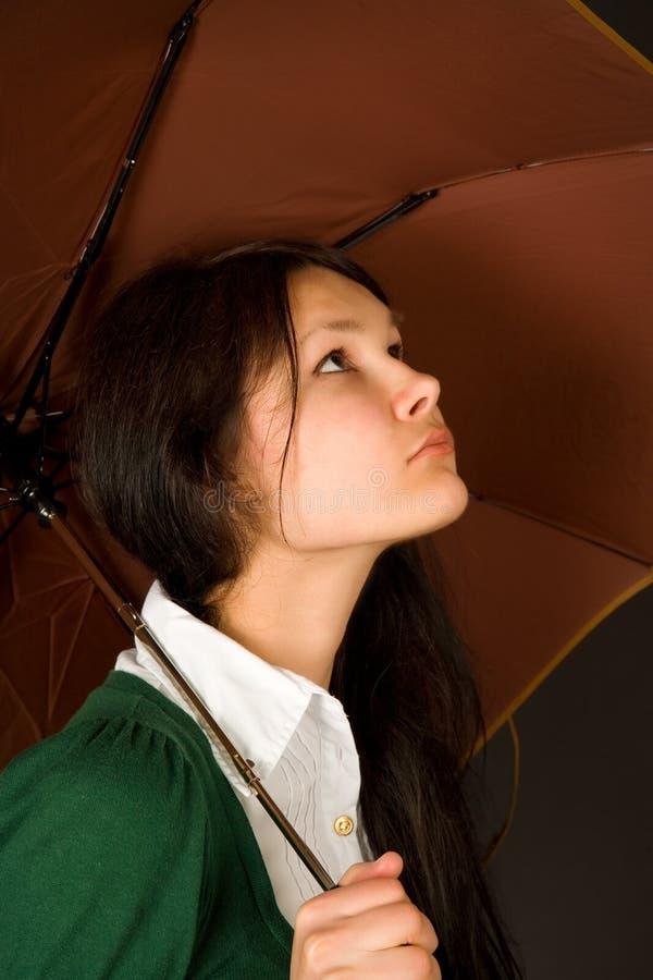 Muchacha bajo el paraguas foto de archivo