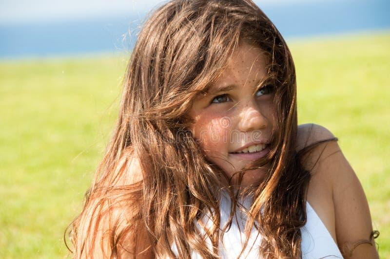 Muchacha bastante adolescente al aire libre imagen de archivo