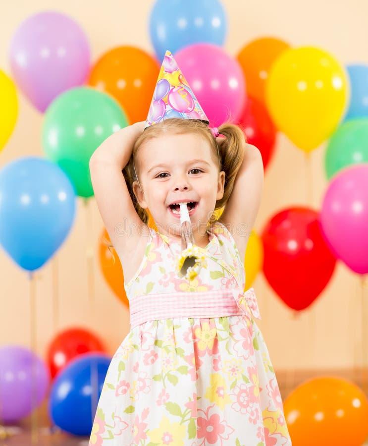 Muchacha bastante alegre del cabrito en fiesta de cumpleaños fotografía de archivo libre de regalías