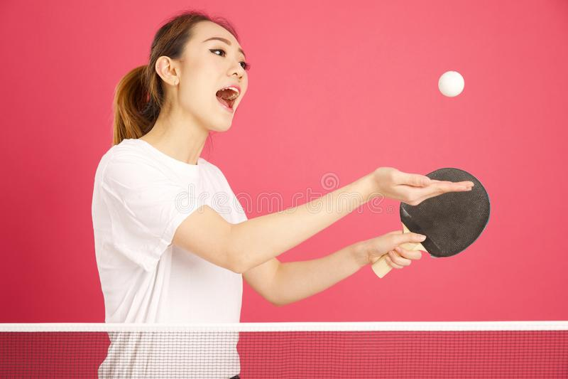 Muchacha bastante china que juega a ping-pong foto de archivo