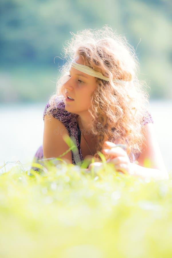 Muchacha bastante libre del hippie que fuma en el pho del efecto del vintage de la hierba imagen de archivo